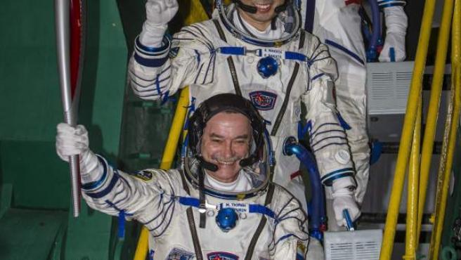 El cosmonauta ruso Mikhail Tyurin sostiene la Antorcha Olímpica junto al japonés Koichi Wakata y el estadounidense Rick Mastracchio, justo antes de partir hacia la EEI.