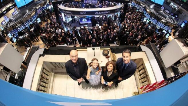 El actor británico Patrick Stewart (i), Vivienne Harr (2i), la policía de Boston Cheryl Fiandaca (2d) y el cofundador de Twitter Evan Williams (d), en el parqué de Wall Street durante la salida a Bolsa de la red social.