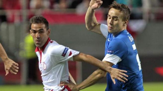 Fernando Navarro y Josef Sural en el Sevilla - Slovan Liberec.