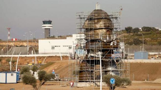 Imagen de archivo del aeropuerto de Castellón, con la escultura de Ripollés en primer término