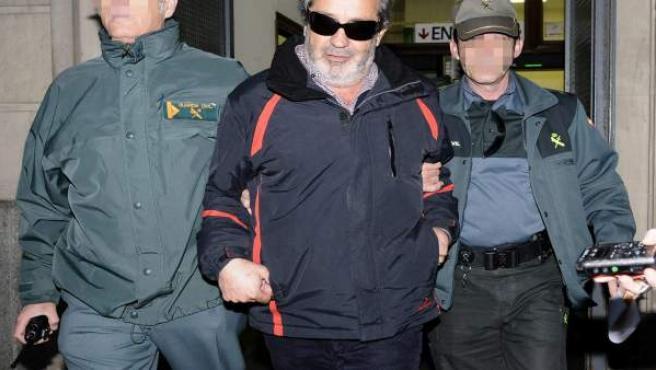 El intermediario Juan Lanzas sale hacia prisión desde los juzgados de Sevilla.