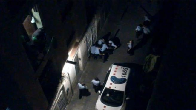 Un grupo de Mossos d'Esquadra retienen a un hombre en el barrio del Raval y le propinan puñetazos, patadas y rodillazos.