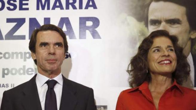 El expresidente del Gobierno José María Aznar (c), junto a su esposa, la alcaldesa de Madrid, Ana Botella, y el exministro de Exteriores Josep Piqué, a su llegada a la presentación de sus memorias.