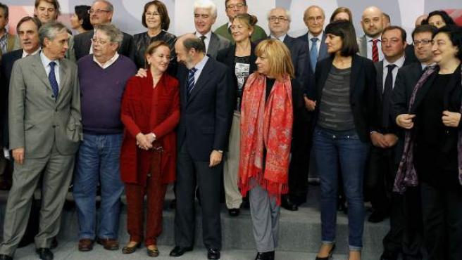 Foto de familia del secretario general del PSOE, Alfredo Pérez Rubalcaba (c), junto a los expertos que han colaborado con el partido para la elaboración de la ponencia marco de la Conferencia Política.