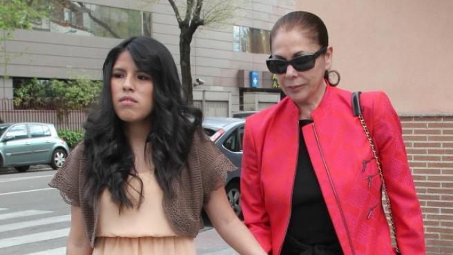 Chabelita Pantoja junto a su madre Isabel durante el día de su Confirmación.