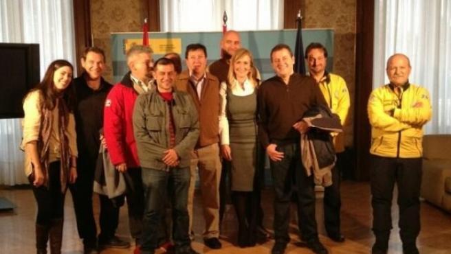 Cristina Cifuentes, delegada del Gobierno en Madrid con los profesionales del Samur que le atendieron al sufrir un accidente de moto.