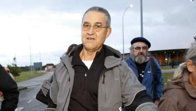 El etarra Domingo Troitiño (d), a su salida de la prisión de Teixeiro (A Coruña) después de que la Audiencia Nacional acordase la excarcelación de nueve etarras.