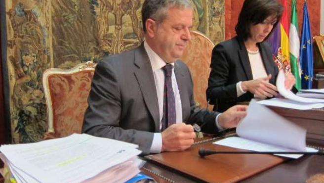Fuentes y Ceballos, con el expdiente de ordenanzas fiscales en primer plano