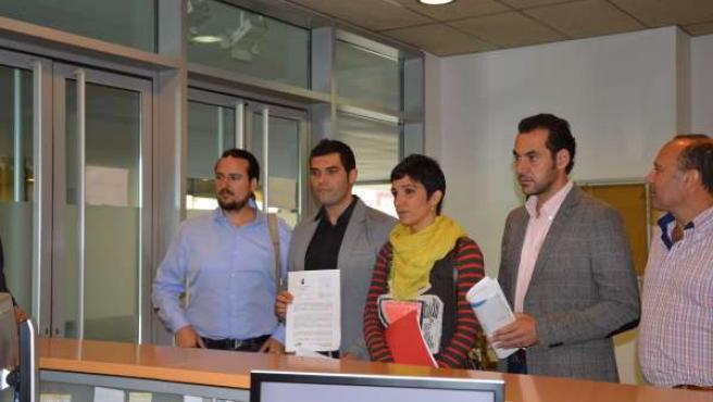 Los diputados provinciales de IU y el alcalde de Humilladero presentan la moción
