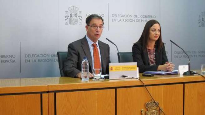 El delegado del Gobierno junto a la jefa provincial de Tráfico, Virginia Jerez