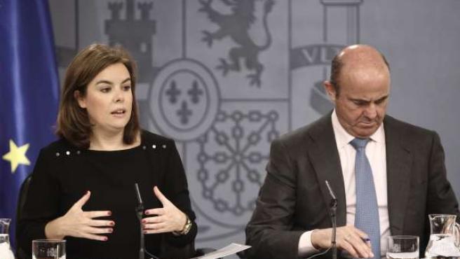 Sáenz de Santamaría y De Guindos tras el Consejo de Ministros