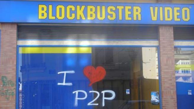 Pintada a favor del P2P en la luna de un videoclub Blockbuster.