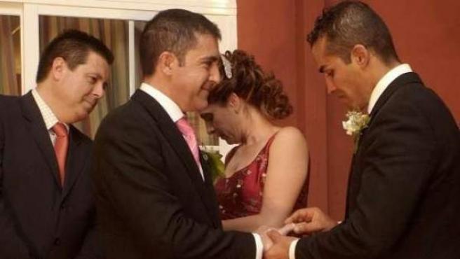 Dos hombres contrayendo matrimonio.