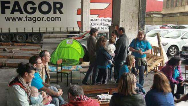 Trabajadores encerrados en la planta de Edesa de Basauri perteneciente a Fagor Electrodomésticos, a la espera de la reunión con el director general de Fagor, Sergio Treviño.