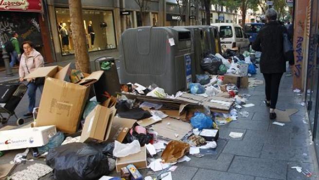 Montones de basura tirada sobre la acera después de varios días de huelga de limpieza, en la calle Fuencarral (Madrid).