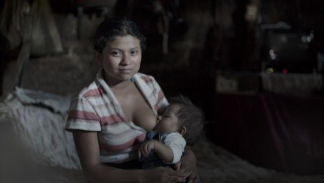 Heidy, de 12 años, fue violada. Fue la primera niña-madre retratada por Linda Forsell en Guatemala