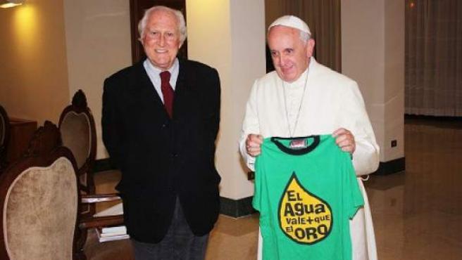El papa sostiene una de las camisetas junto al diputado y senador Fernando 'Pino' Solanas.