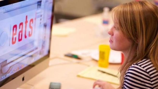 Una chica utilizando un ordenador