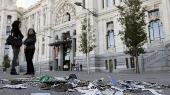 Basura acumulada a las puertas del Ayuntamiento de Madrid en la plaza de Cibeles, durante la huelga de limpieza viaria y de mantenimiento de jardines de la capital.
