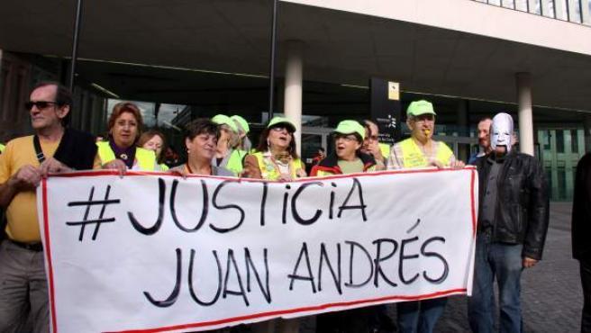 Manifestantes se han concentrado ante la Ciutat de la Justícia para reclamar justicia por la muerte de Juan Andrés Benítez.