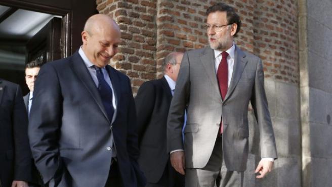 El presidente del Gobierno español, Mariano Rajoy, conversa con el ministro de Educación, José Ignacio Wert.