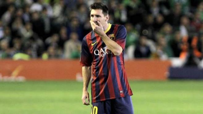 Leo Messi se lamenta en el partido ante el Betis.
