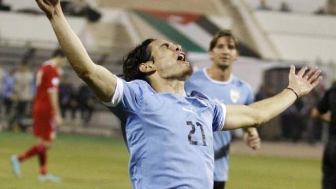 Edinson Cavani celebra el quinto gol de Uruguay a Nueva