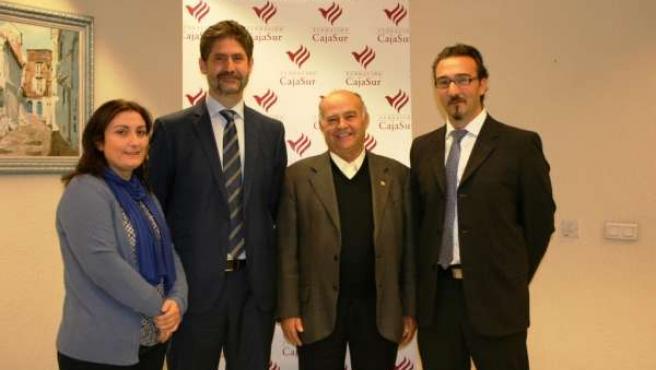 El director de Fundación CajaSur, Ángel Cañadilla (2º izda.) y miembros ONG