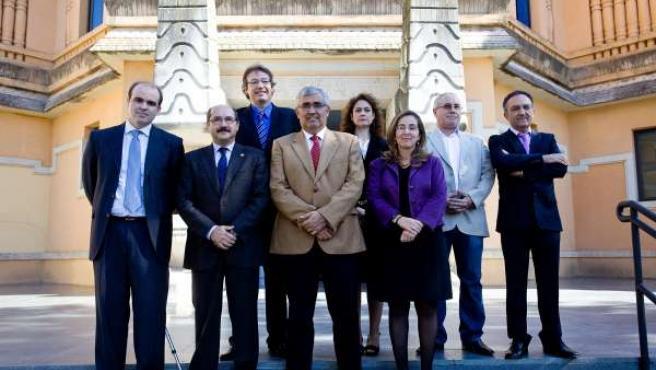 El rector de la US, Antonio Ramírez de Arellano, con los profesores premiados