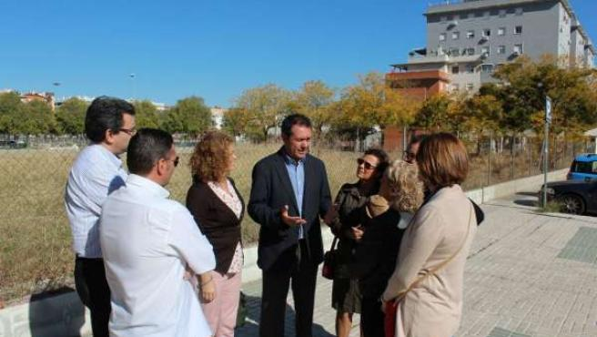 Juan Espadas y Adela Castaño con vecinos de Sevilla Este