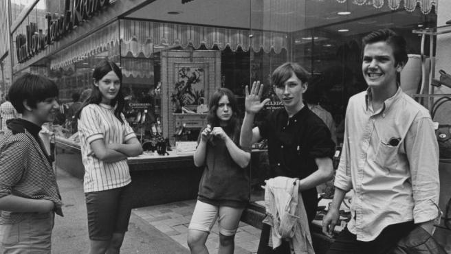 Enrico Natali fotografía en 1968 a un grupo de adolescentes en una calle céntrica de Detroit