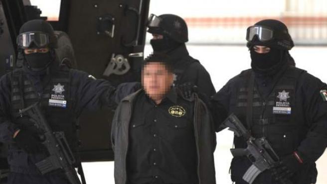 La policía de México traslada a un detenido, en una imagen de archivo.