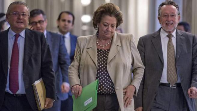 La alcaldesa de Valencia, Rita Barberá, flanqueada por varios de sus concejales.