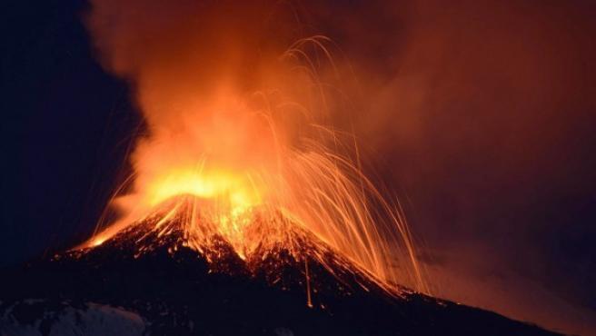 El monte Etna, situado en la parte oriental de la isla de Sicilia, en erupción.