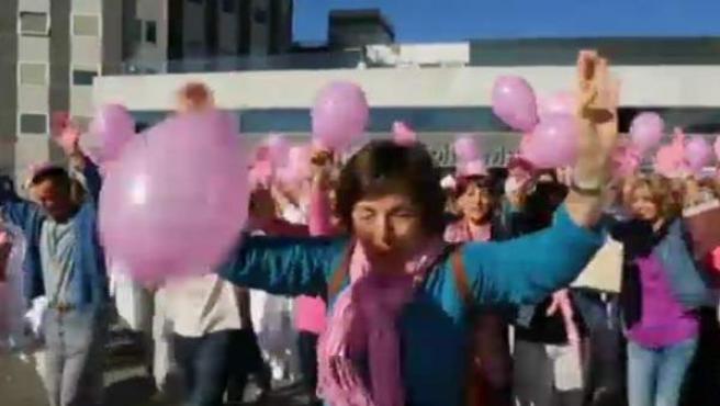 Querían ganar a toda costa para investigar sobre el cáncer de mama y lo han conseguido con este flash-mob. Buen humor, mucho rosa y esperanza en exceso han sido las claves para que los trabajadores del hospital de La Paz de Madrid, hayan ganado con su actuación e I Concurso Europeo ' Pink Glove Dance', en el que han competido bailando varios hospitales. El premio son diez mil euros que se destinarán a la investigación.