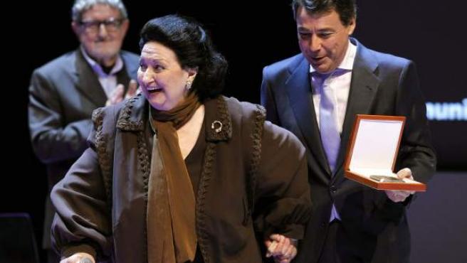 La cantante Montserrat Caballé, recibió la Medalla Internacional de las Artes, de mano del presidente madrileño, Ignacio González.
