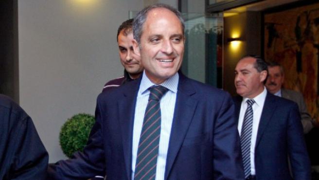 El expresident de la Generalitat, Francisco Camps (a la derecha), sale del Consejo Jurídico Consultivo en Valencia.