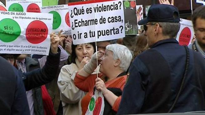 Imagen del escrache de este viernes ante la casa del presidente del Congreso, Jesús Posada.