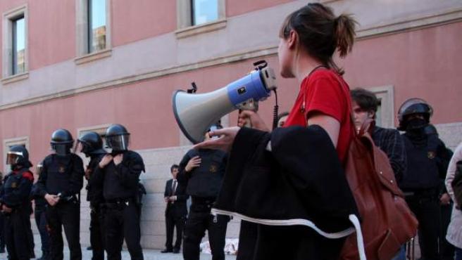 Agentes de los Mossos d'Esquadres frenan una protesta estudiantil en la UPF.