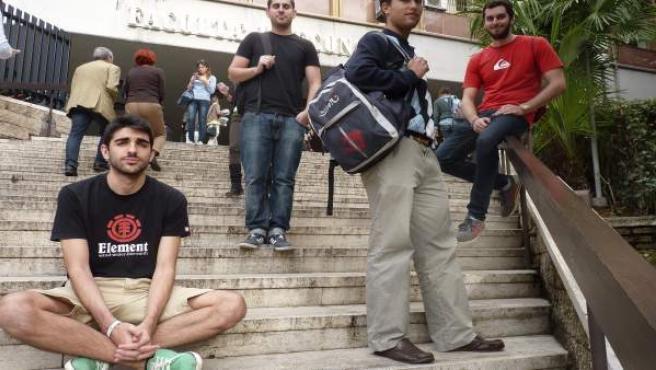 Un grupo de estudiantes de la beca Erasmus a las puertas de una facultad de la Universidad de Roma.