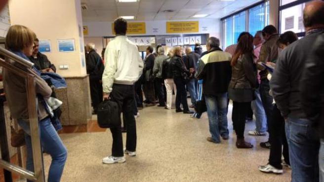 Largas colas este martes en el primer día de funcionamiento de la cita previa en las oficinas de Tráfico de Valencia.