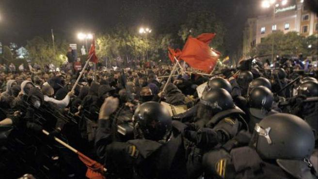 Los antidisturbios de la Policía Nacional cargan contra los manifestantes, en la madrileña Plaza de Neptuno.