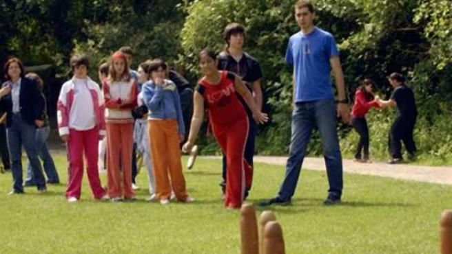 Jóvenes haciendo ejercicio en un parque.