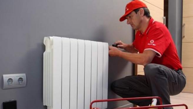 Técnico revisando un radiador en una vivienda.