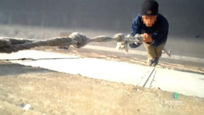 Un niño marroquí se descuelga de un muro de ocho metros para intentar llegar a la Península.