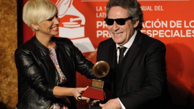 Pasión Vega entrega a Miguel Ríos el Grammy Latino a la Excelencia por su carrera artística en Las Vegas.