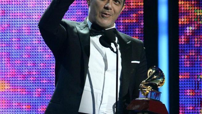 Alejandro Sanz sostiene el premio Grammy a Mejor Álbum Vocal Pop Contemporáneo en la ceremonia de entrega de los 14 Grammy Latino, en Las Vegas.
