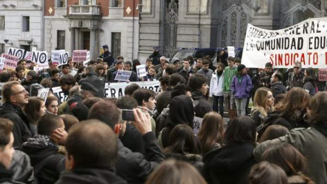 Cientos de estudiantes durante una concentración organizada por el Sindicato de Estudiantes contra la reforma educativa, la subidas universitarias y el decreto de becas, ante la sede del Ministerio de Educación.