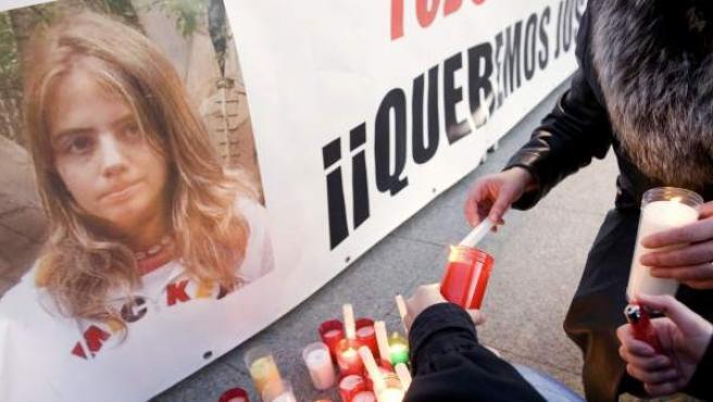 Unos ciudadanos colocan velas por Marta del Castillo.