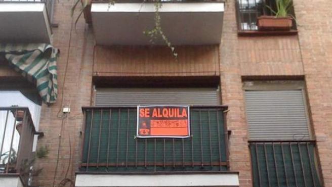 """Un piso con el cartel de """"Se Alquila"""" en su fachada."""